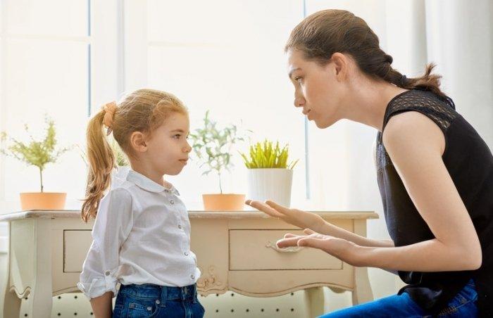 mẹ giải thích hậu quả cho trẻ để kỷ luật trẻ tích cực