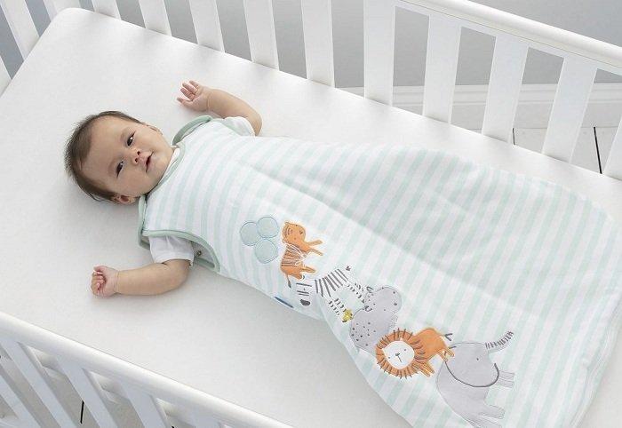 Trẻ nằm trong túi ngủ