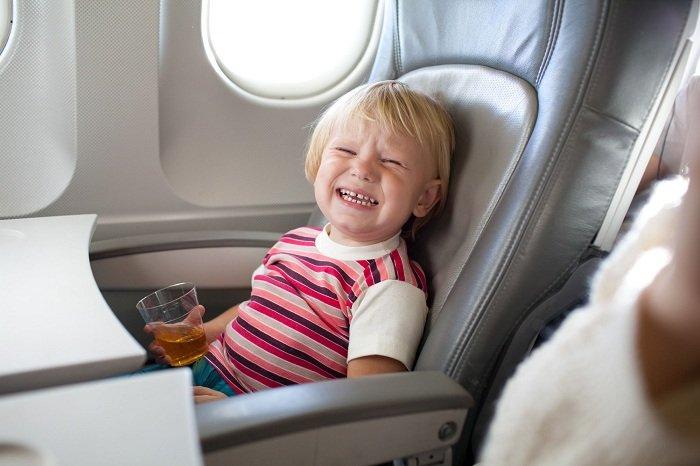 Trẻ nghịch ngợm trong chuyến bay dài