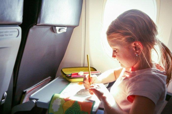 Trẻ mang đồ chơi trong chuyến bay dài