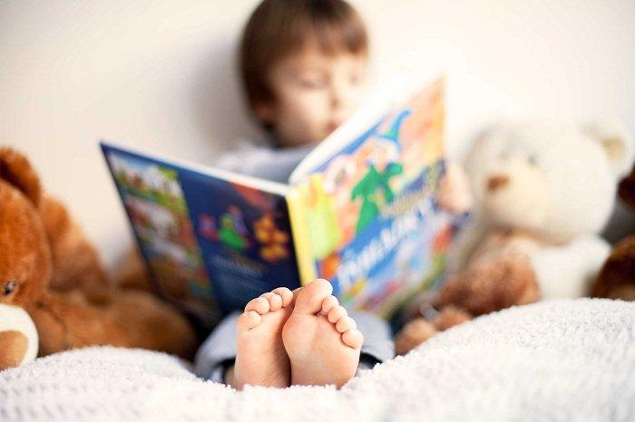 Trẻ đọc sách trước khi đi ngủ