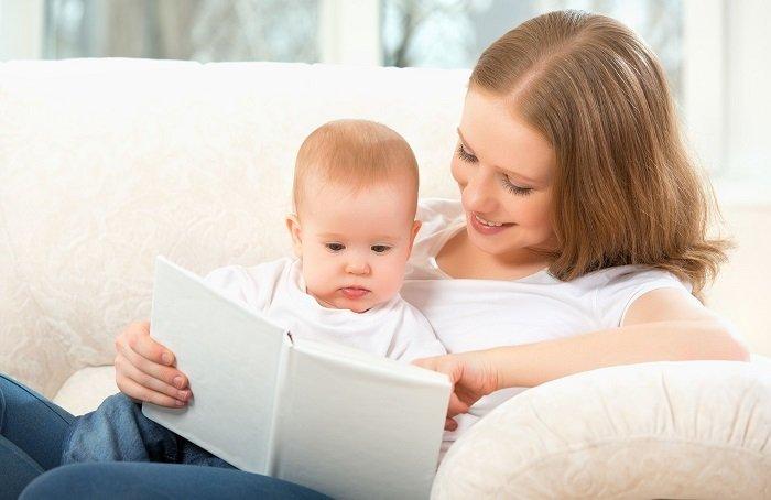 mẹ đọc sách cho bé trên ghế sofa trắng