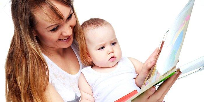 mẹ đọc sách cho bé, áo trắng, sách bìa cứng