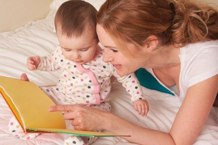 mẹ và bé đọc sách trên giường, sách vàng, bé mặc áo chấm bi