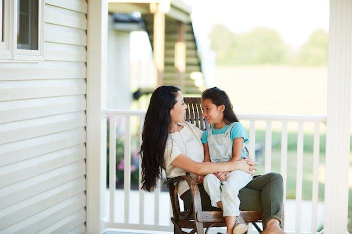 mẹ an ủi, hướng dẫn trẻ giao tiếp và xử lý rắc rối