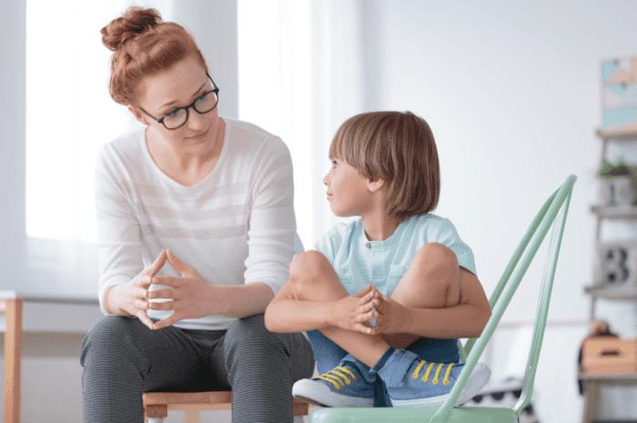 mẹ hướng dẫn con sử dụng từ ngữ phù hợp thay vì nói bậy