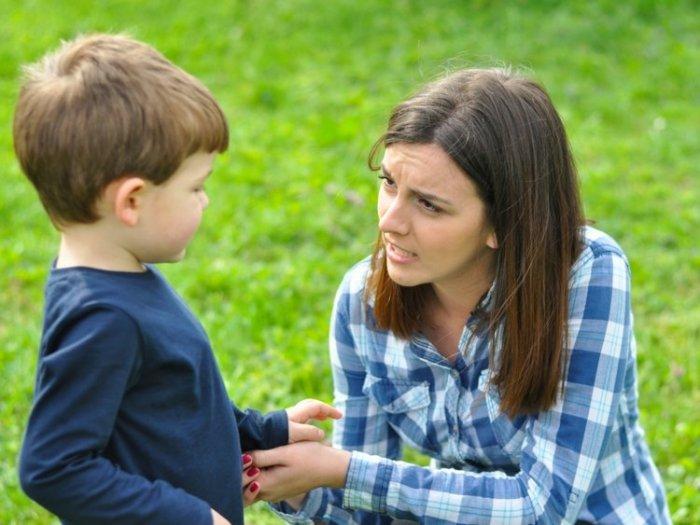 Mẹ giúp trẻ gọi tên cảm xúc khi trẻ nói bậy vì tức giận