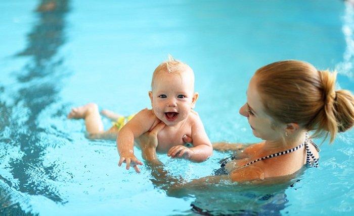 Trẻ tập bơi cùng mẹ