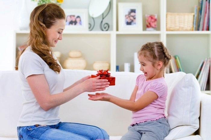 mẹ khích lệ con bằng cách tặng quà