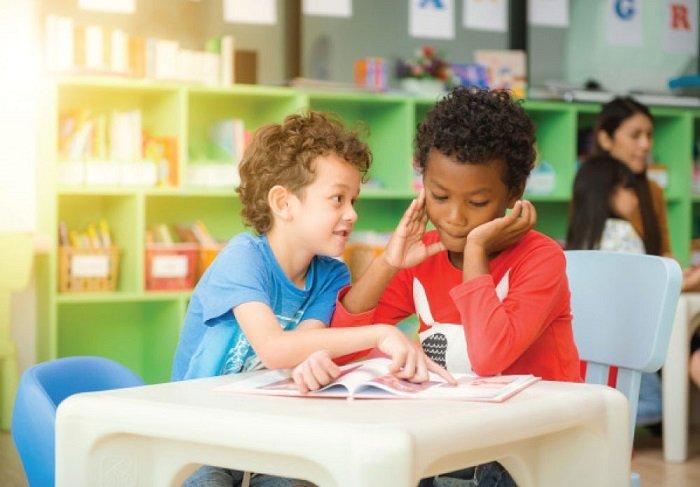 bé trai chơi cùng bạn trong lớp học, phát triển ngôn ngữ, trẻ 1-3 tuổi