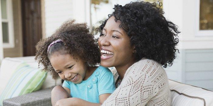mẹ ôm con gái, cười, phát triển ngôn ngữ, trẻ 3-6 tuổi
