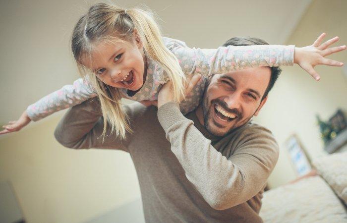 bố chơi đùa cùng con vui vẻ, khuyến khích con cư xử tốt