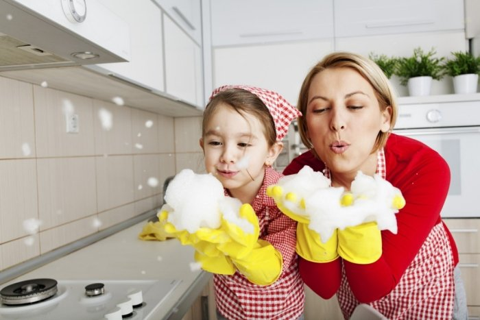 mẹ cùng con làm việc nhà, , khuyến khích con cư xử tốt