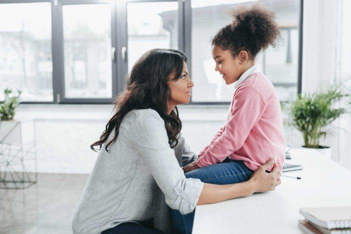 mẹ nhẹ nhàng hướng dẫn con cách cư xử, định hướng hành vi đúng mực