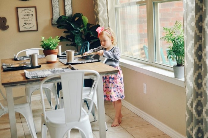 trẻ có thói quen dọn bàn ăn sau khi được bố mẹ hướng dẫn
