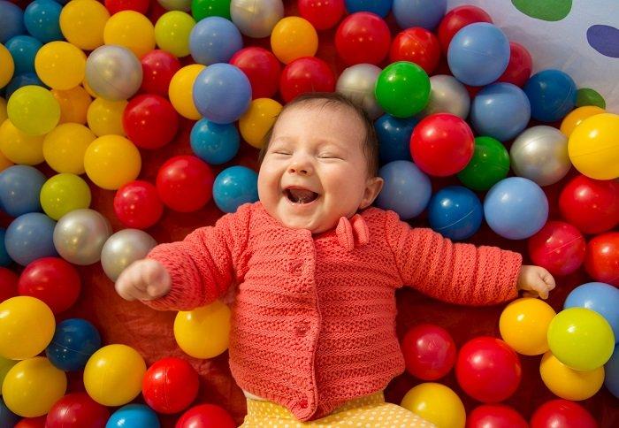 bé sơ sinh nằm trong nhà bóng cười, âm thanh của trẻ sơ snh