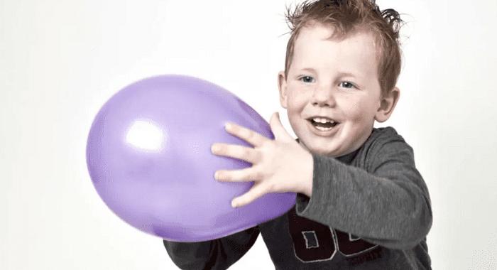 Tung bóng bay là một trò chơi giúp trẻ tăng động giảm chú ý xả năng lượng rất hiệu quả.