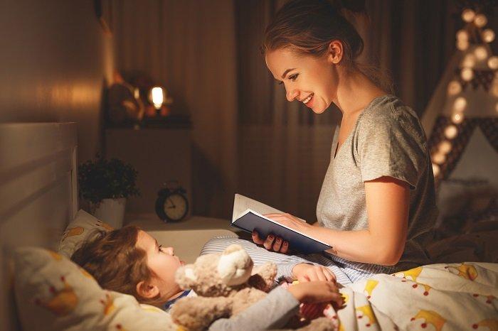 mẹ đọc sách cho bé trước giờ đi ngủ