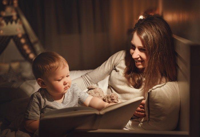mẹ đọc sách cùng con trai trên giường