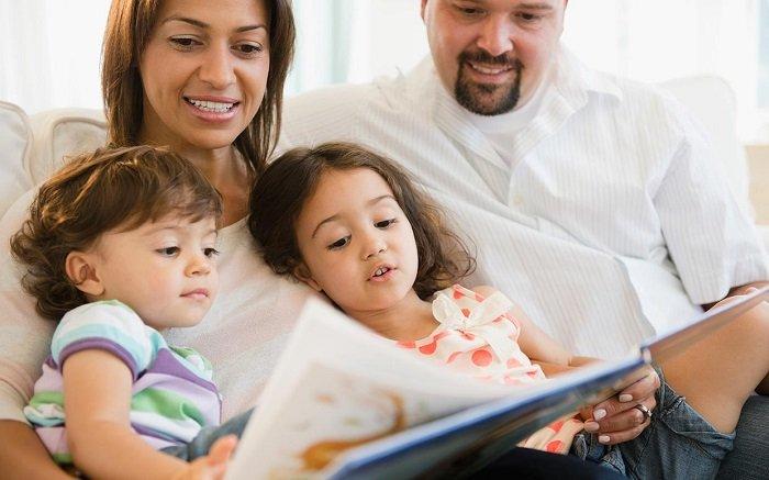 bố mẹ đọc sách cùng 2 con