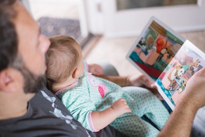 bố đọc sách cùng bé sơ sinh