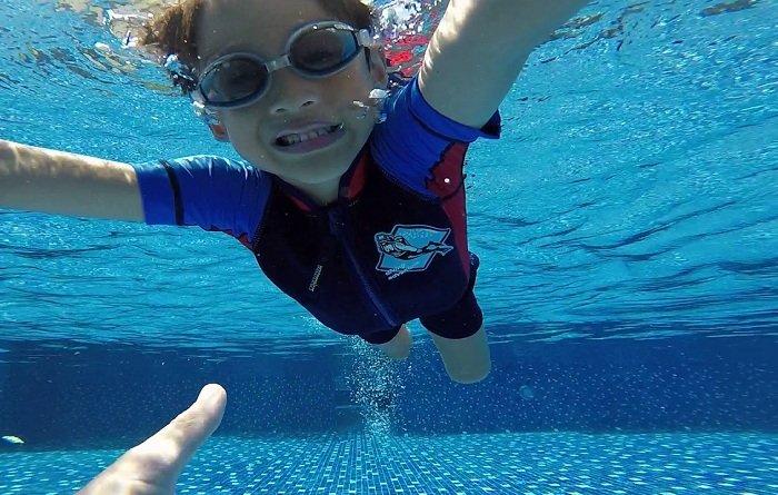 Trẻ tập bơi