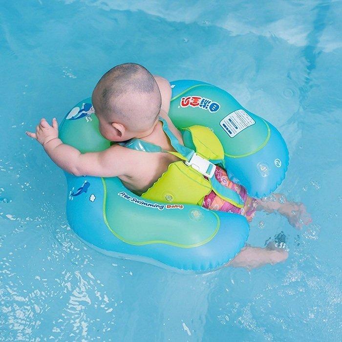 Trẻ sơ sinh tập bơi