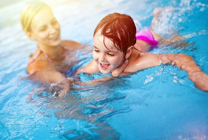 Trẻ học bơi