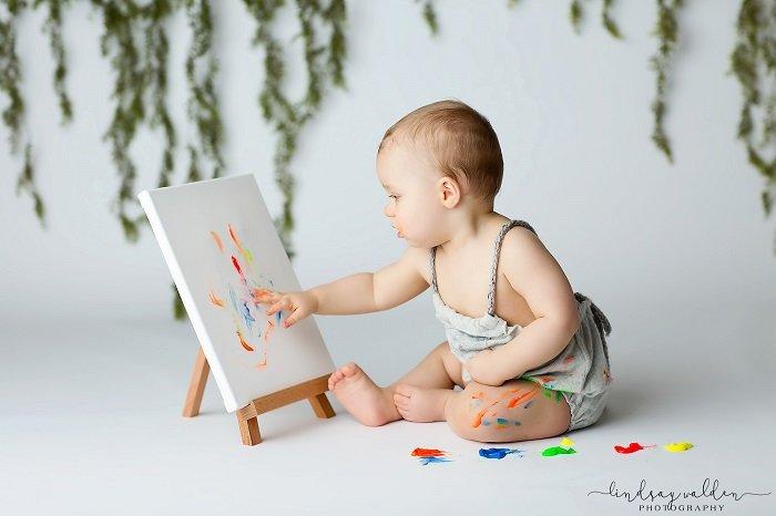 Em bé chơi cùng một bức tranh có yếu tố bất ngờ