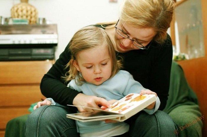 mẹ đọc sách cùng con gái