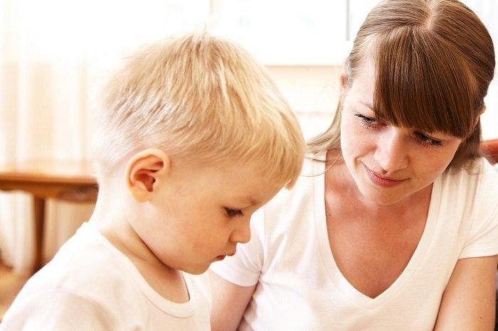 Bố mẹ nên nói chuyện với bé thường xuyên mỗi ngày.
