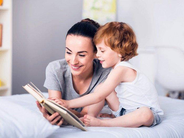 mẹ cùng bé đọc sách trên giường