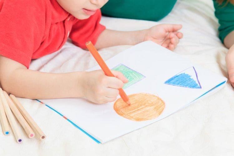 Em bé tham gia chương trình vẽ của giáo dục sớm.