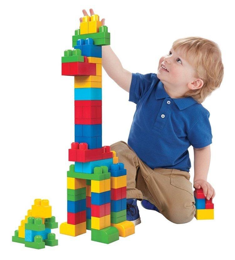 Việc xếp gỗ cũng cho thấy sự phát triển não bộ của trẻ.