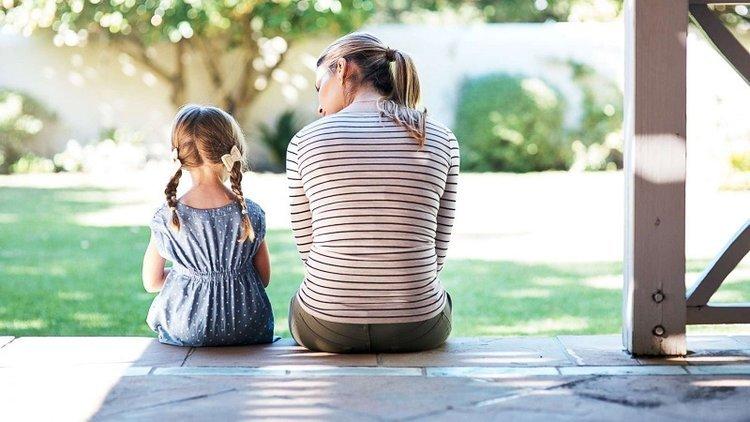 Khả năng ngôn ngữ phát triển giúp bé có thể giao tiếp với người ngoài tốt hơn.