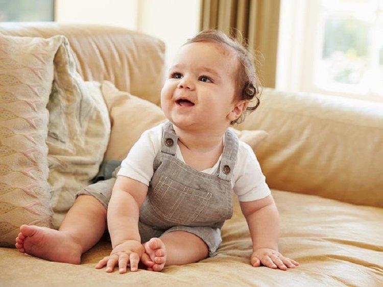 Việc bé nói được những từ đơn giản cho thấy não bộ bé phát triển.