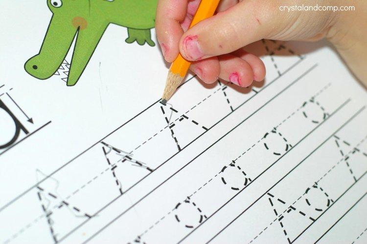 Việc viết được những chữ cái đầu tiên cho thấy sự phát triển vượt bậc trong não bộ của trẻ.