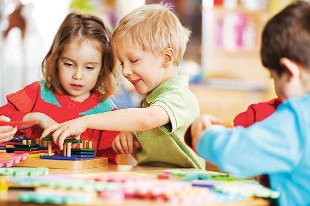 Biết chia sẻ và chơi chung với bạn cho thấy não bộ trẻ phát triển.