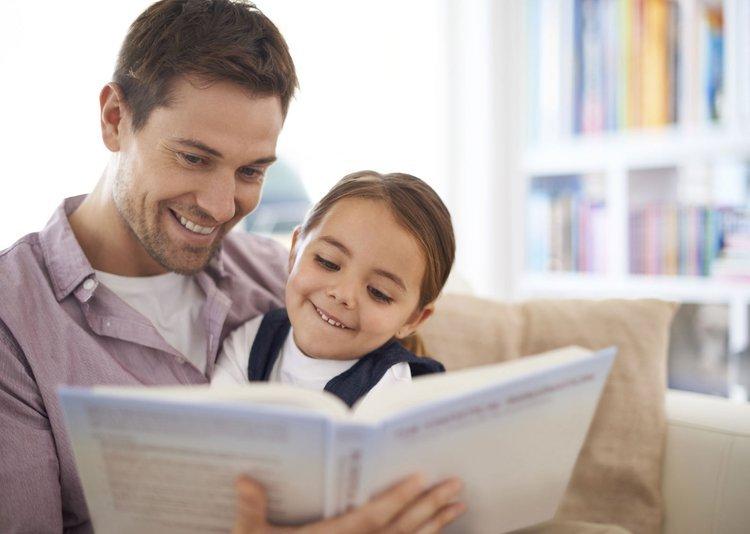 Bố cùng con gái đọc sách mỗi ngày để phát triển tư duy khoa học.