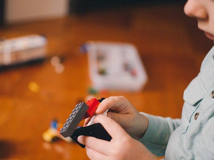 Trẻ chơi xếp hình nâng cao khả năng nhận thức.