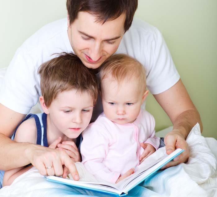 Bố mẹ và bé đọc sách để nâng cao nhận thức.