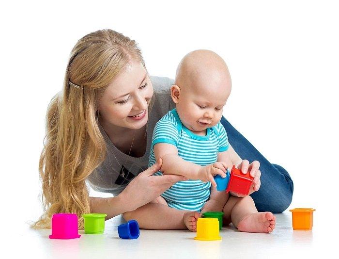 mẹ ngồi bên bé chơi xếp hình, phát triển ngôn ngữ