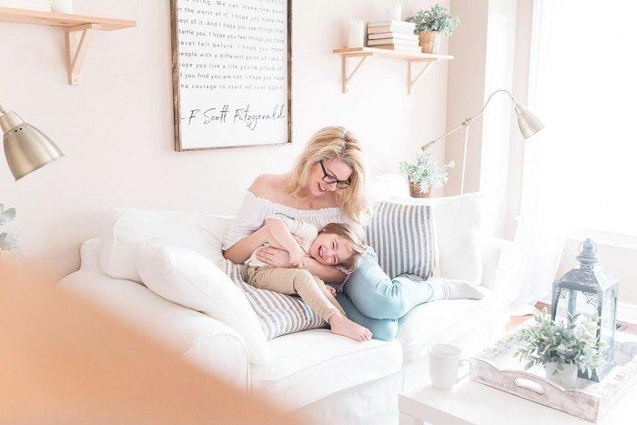 Em bé và mẹ ngồi nói chuyện, vui chơi trong thời tiết xấu.