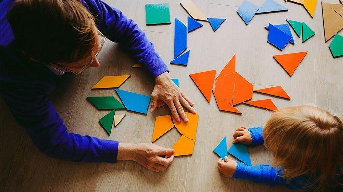 Dọn dẹp đồ chơi sau khi chơi xong là điều trẻ nào cũng nên biết trước khi đi học mẫu giáo.