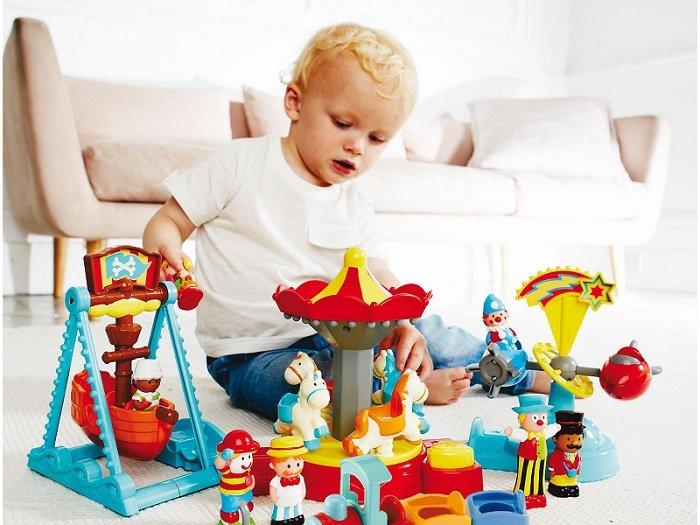 bé trai chơi đồ chơi, phát triển ngôn ngữ