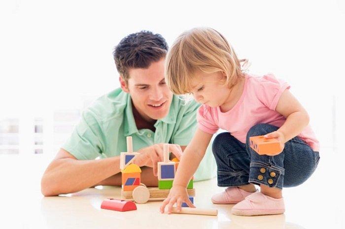 bé gái chơi đồ chơi cùng bố, phát triển ngôn ngữ