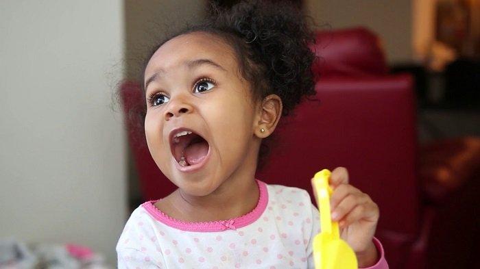 bé gái há miệng, phát triển ngôn ngữ