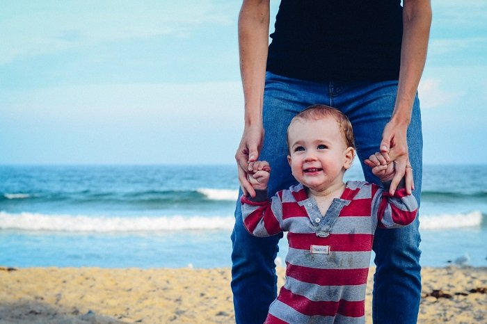 bố dắt bé trai đi trên bờ biển, phát triển ngôn ngữ