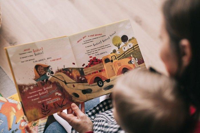 Hai bố con đọc sách tăng cường nhận thức.