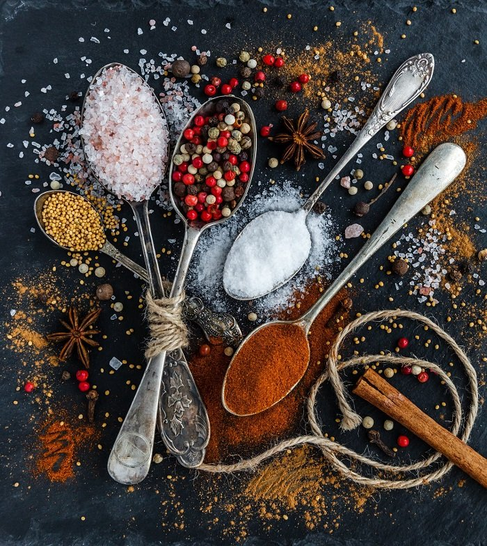 Tìm đồ ăn trong bếp giúp trẻ có thêm nhận thức về vật dụng trong nhà.